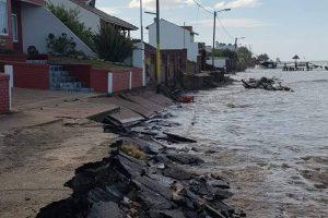 """""""El mar se comió el asfalto. Ya entró a las casas. Las cloacas están a la vista"""""""
