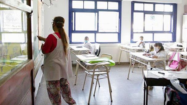 Lee más sobre el artículo Comienzan las clases los sábados también en Pinamar – Convocatoria Patios Abiertos / Marta Gosende
