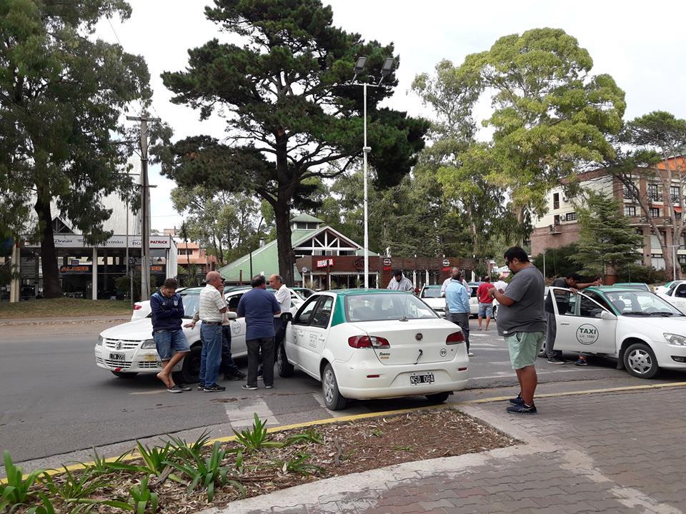 """""""El concejo ya aprobó. Falta la firma del intendente"""" – Municipalidad vallada por taxis"""